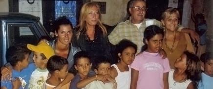 Antonetta Carrabs, Presidente Zeroconfini, e altri rapresentanti dell'Onlus, in visita ai bambini Sahrawi del centro profughi vicino a Tindouf (Algeria)
