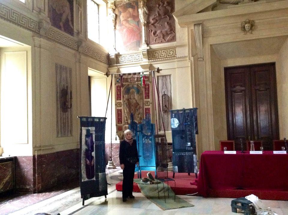 Maria Micozzi e la scenografia allestita per la conferenza