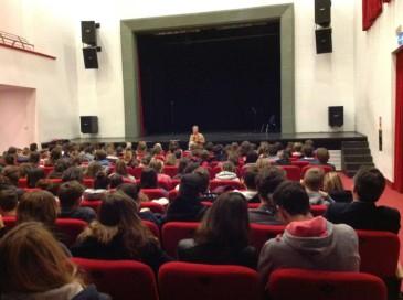 Gli studenti al Teatro hanno visto la rappresentazione e ascoltato il messaggio del progetto Viole per Enza.