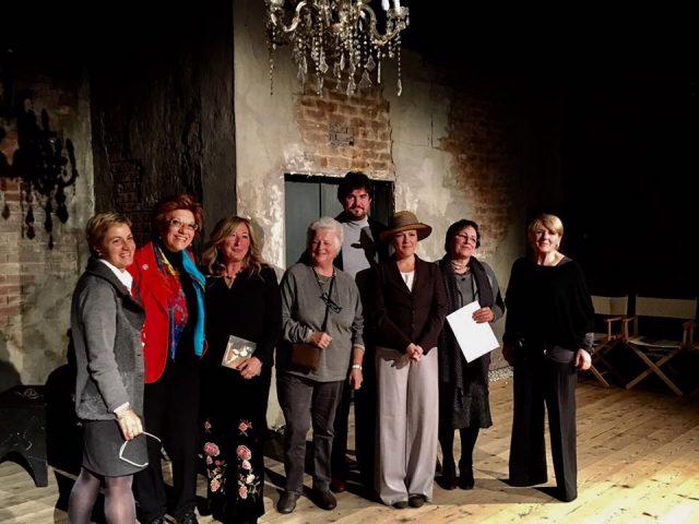Antonetta Carrabs con i relatori e gli artisti della compagnia teatrale La sarabanda
